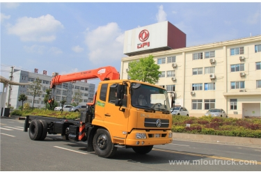 The four lorry-mounted crane 5-8 tons EQ5141JSQZM type crane truck